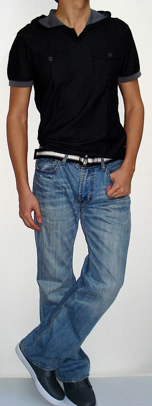 Black Short Sleeve Hooded T-shirt Black White Belt Light Blue Jeans Gray Shoes