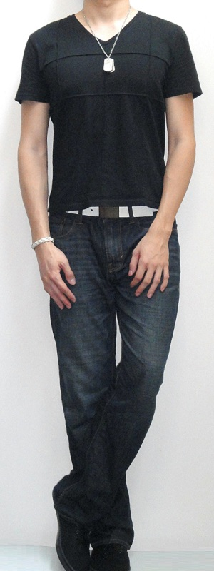 Men's Black Short Sleeve V Neck Tee White Leather Belt Dark Blue Jeans Black Sneakers