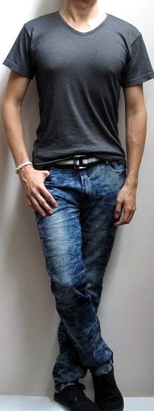 Black T-Shirt Blue Snow Jeans Black Webbing Belt Black Canvas Shoes