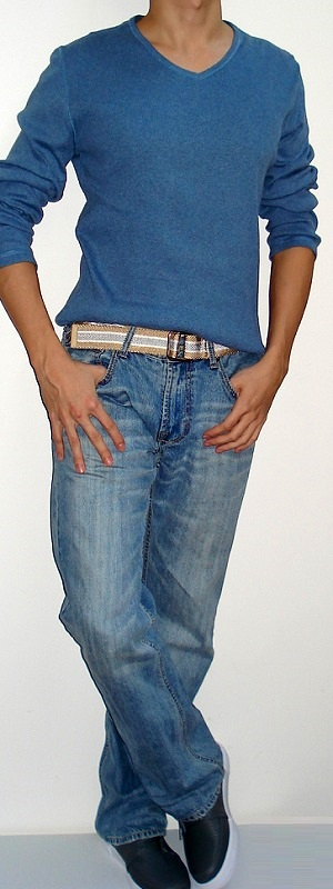 Blue Long Sleeve V-neck T-shirt Gold Gray Belt Light Blue Jeans Gray Shoes
