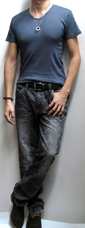 Dark Blue T-Shirt Black Snow Jeans Dark Brown Belt Suede Ankle Boots
