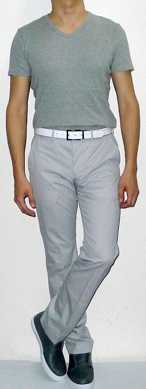 Gray V-neck Short Sleeve T-shirt White Pants Gray Sneakers White Leather Belt