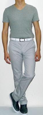 Gray V-neck Short Sleeve T-shirt White Pants Gray Sneakers White Leather Belt