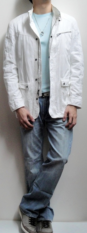 White Jacket Light Blue Crew Neck T-shirt Gray Belt Light Blue Jeans Gray Sneakers